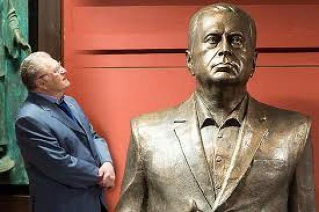 Сергей Маузер пытался поставить свечи памятнику Жириновскому