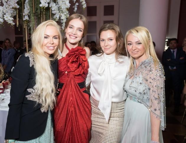 Алиса Лобанова помогает детям